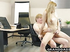Youthfull chief gets her sole fetish pleased by old employee