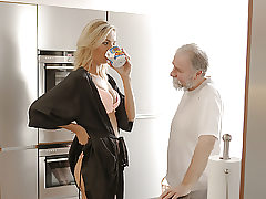 OLD4K. Bearded old fella and youthful nubile start new day...