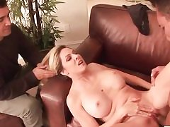 Frisky babe spreads out her legs wide and gets her ass hammered